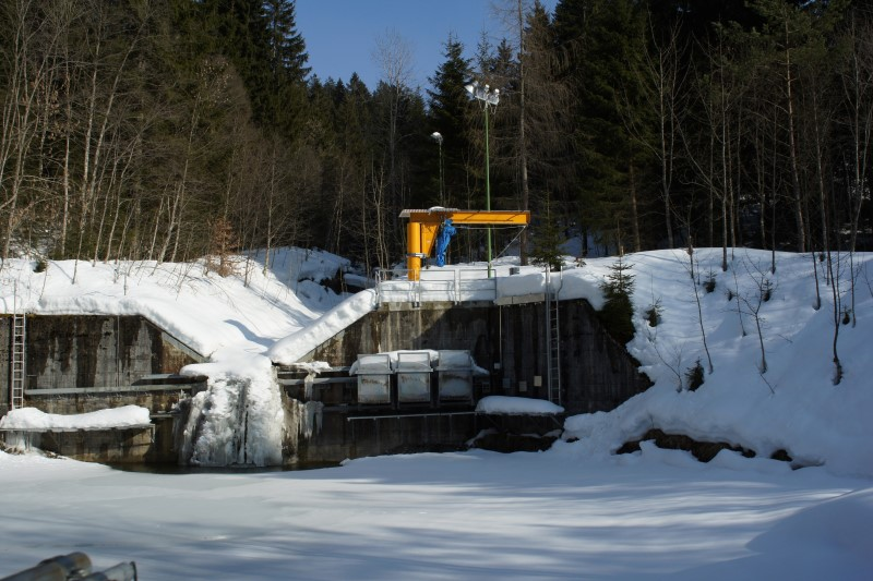 The sampling system in the Erlenbach River during winter